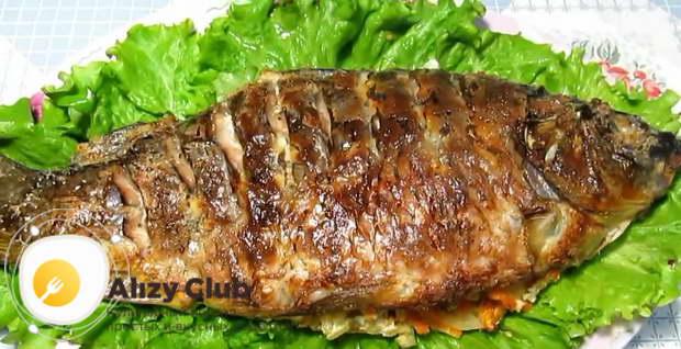 сюжет самого простого способа приготовления запеченной в фольге рыбы с овощами