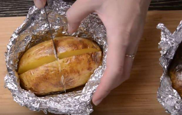 За 15 минут до готовности картофеля поставить запекаться помидорки черри