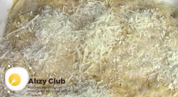 Посыпаем сыром поверхность бабки