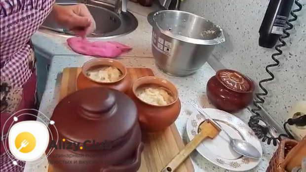 Горшочки с картофельной бабкой закрываем крышками