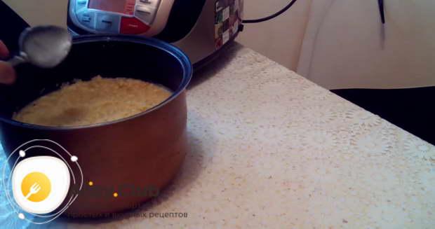 Только если вы не кладете в бабку сало, можно немного смазать сливочным маслом