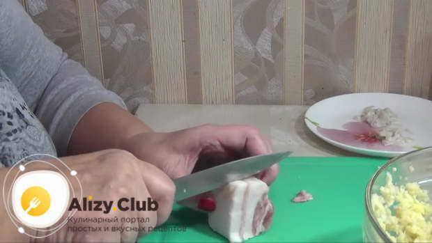 Возьмите 90-130 г сала, нарежьте небольшими кубиками