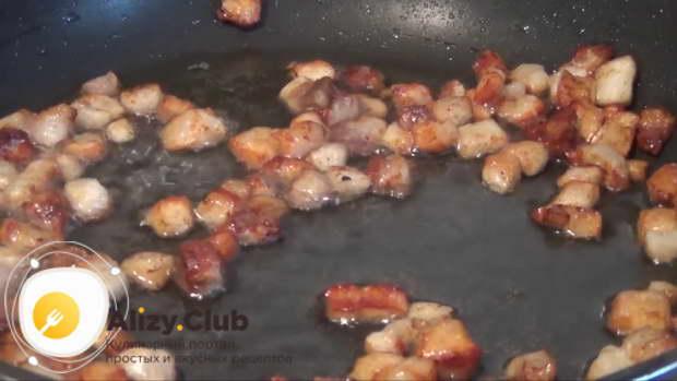 Обжарьте сало на сковороде на небольшом огне