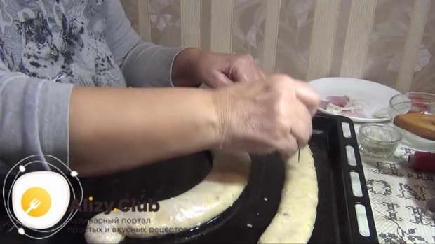 Проткните колбаски в нескольких местах, чтобы кишка не порвалась