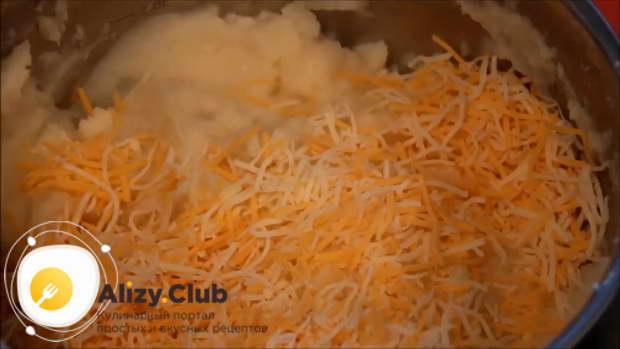 Натрите на среднюю терку 120 г сыра, добавьте его в пюре