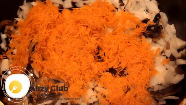 Натрите на мелкую терку 1 среднюю морковку и отправьте ее жариться к грибам и луку
