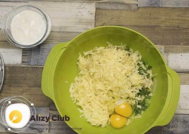 Добавляем к картошке лук, яйца, муку и натертый на терке сыр.