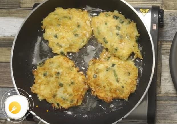 Жарим картофельные оладьи с сыром на сковороде с растительным маслом.