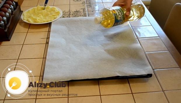 Подготовьте противень перед тем как сделать картофельные шарики
