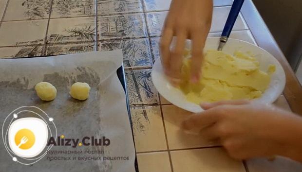 Смажьте противень маслом как сделать картофельные шарики