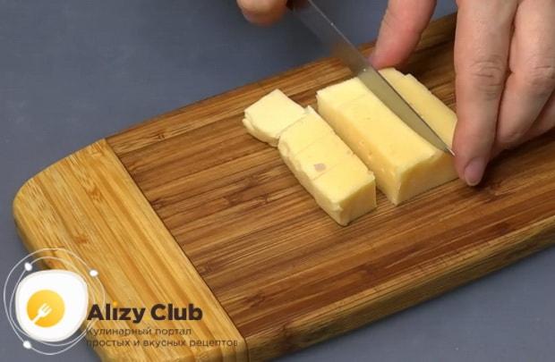 Для приготовления картофельных шариков с начинкой, нарежьте сыр