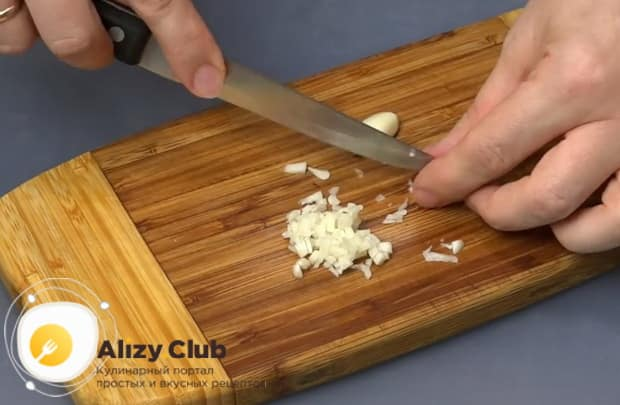 Для приготовления картофельных шариков с начинкой, нарежьте чеснок