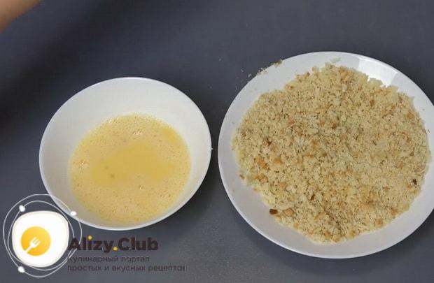 Для приготовления картофельных шариков с начинкой, приготовьте панировку