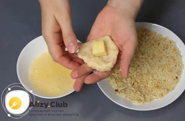Для приготовления картофельных шариков с начинкой, подготовьте ингредиенты