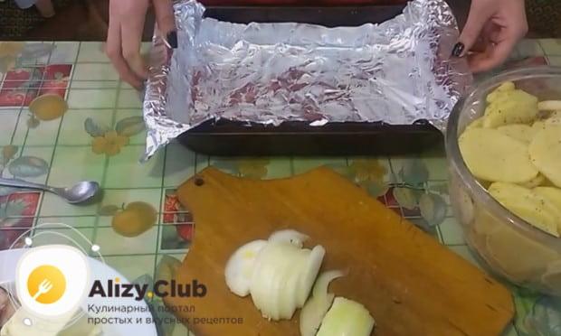 Противень застилаем фольгой, которую смазываем маслом.