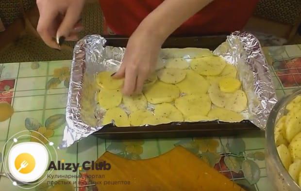 Первым слоем блюда укладываем часть картофеля.