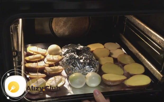 Картошка с салом в духовке в фольге будет готовиться полчаса.