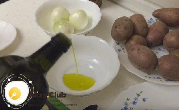Подготавливаем растительное масло.