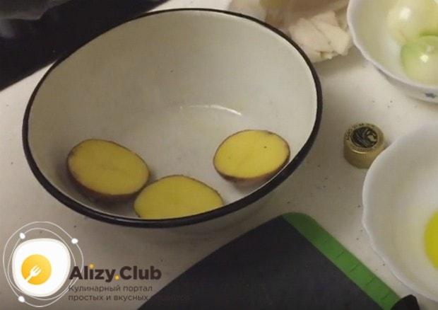 Картофель в кожуре разрезаем пополам.