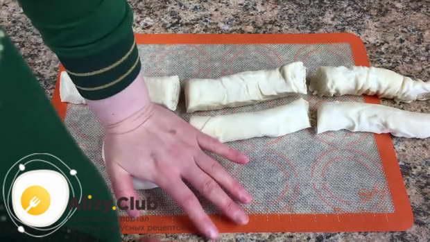 придавливаем рукой, формируя лепешку
