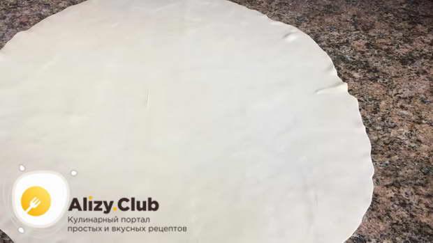 Раскатываем тесто в тонкий пласт толщиной 2 мм