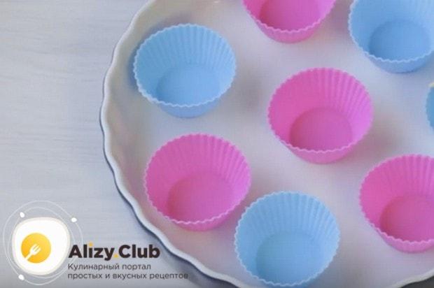 Чтобы испчь кексы в силиконовых формах в духовке, раскладываем формочки на противень.