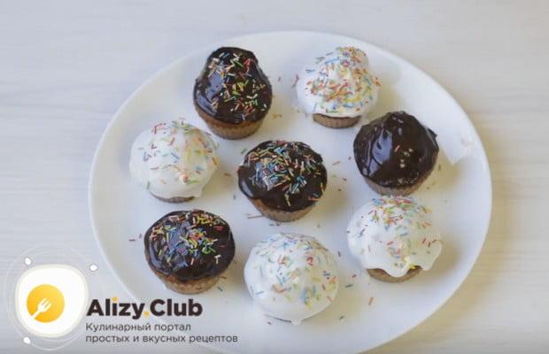 Украсить десерт можно сахарной пудрой или помадкой.