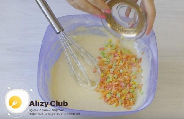 Добавляем в тесто цукаты либо изюм.