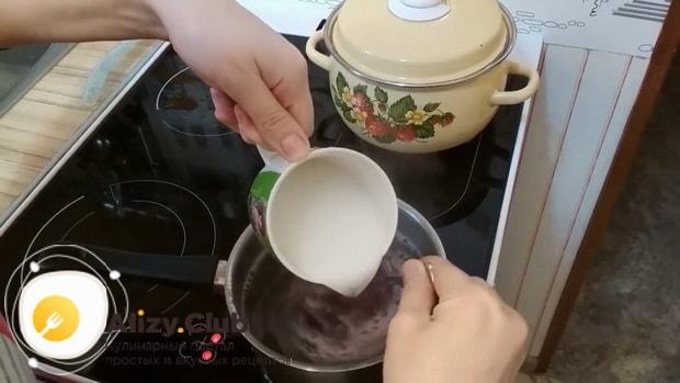 Соедините ингредиенты для приготовления киселя из варенья и крахмала