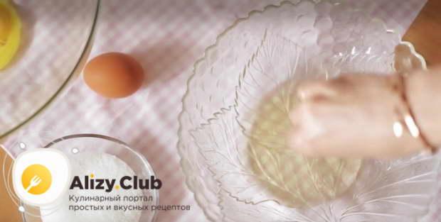 В миску с куриными белками добавляем одну щепотку соли