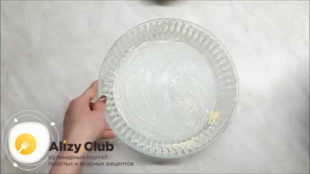 Стеклянную форму для выпечки щедро смазываем 20-30 г сливочного масла