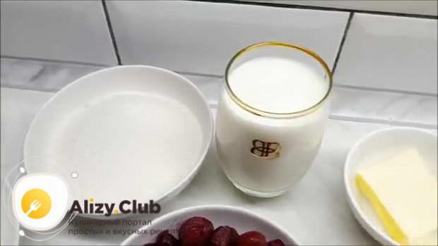 В отдельную посуду наливаем 240-260 мл кефира и добавляем к нему 5-8 г разрыхлителя