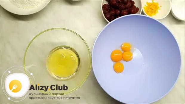 Аккуратно разделяем 4 куриных яйца на белки и желтки