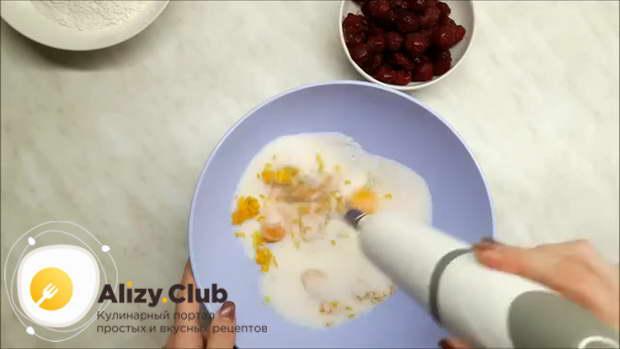 В миску с желтками всыпаем 190-210 г сахара, затем добавляем 20-25 г измельченной цедры апельсина