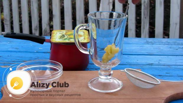В бокал для глинтвейна кладем чайную ложку меда
