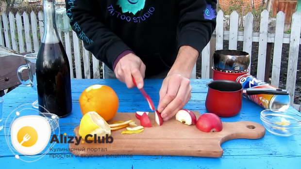Половину яблока режем дольками и кладем в кастрюлю