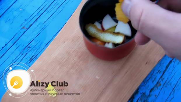 Добавляем в глинтвейн по свежесрезанной полоске цедры лимона