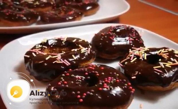 Для приготовления пончиков по классическому рецепту с фото, нанесите глазурь на изделие
