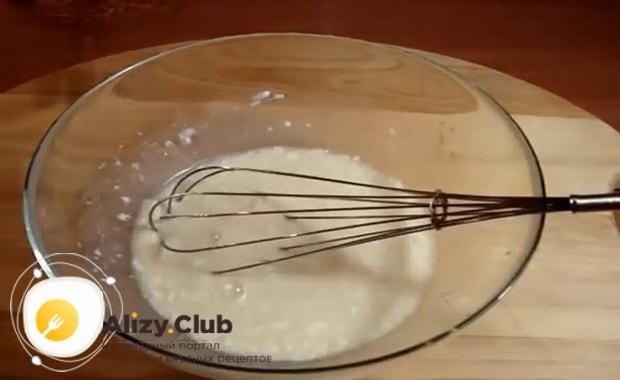 Для приготовления пончиков по классическому рецепту с фото, смешайте ингредиенты