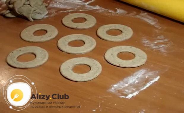 Для приготовления пончиков по классическому рецепту с фото, раскатайте тесто