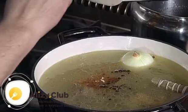 Для приготовления хаша из свиных ножек, добавьте специи в бульонн