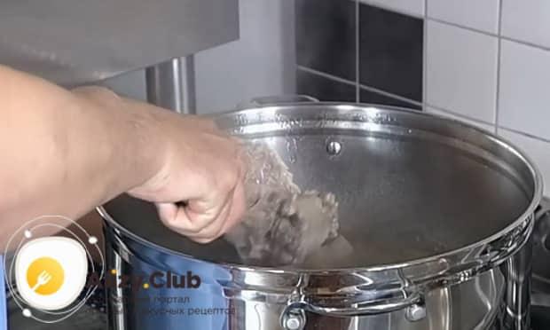 Для приготовления хаша из свиных ножек, отварите субпродукты