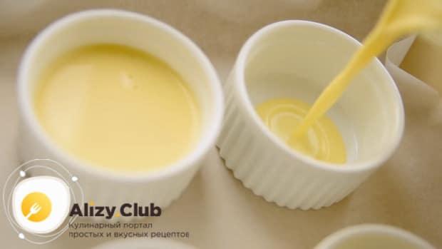 По рецепту для приготовления крем-брюле в домашних условиях выложите заготовки в форму