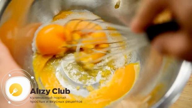 По рецепту для приготовления крем-брюле в домашних условиях перетрите желтки