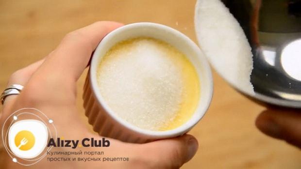 По рецепту для приготовления крем-брюле в домашних условиях добавьте сахар