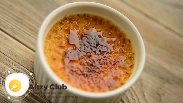 По рецепту для приготовления крем-брюле в домашних условиях расплавьте сахар