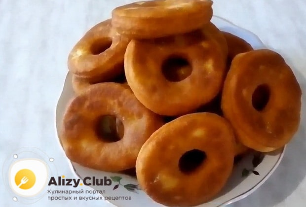 Вкусный пончики без дрожжей на воде приготовленные по классическому рецепту готовы.
