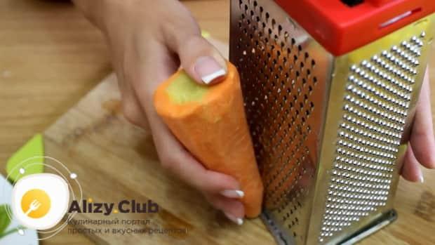 Для приготовления морковных оладьев. натрите ингредиенты