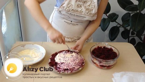 Для приготовления сельди под шубой по классическому рецепту. покройте верхний слой майонезом
