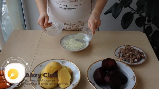 Замаринуйте лук перед тем как готовить сельдь под шубой